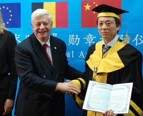 韩敬伟教授荣获比利时东方艺术骑士勋章