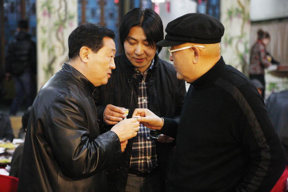 石峰照片向龙瑞.吕章申敬酒