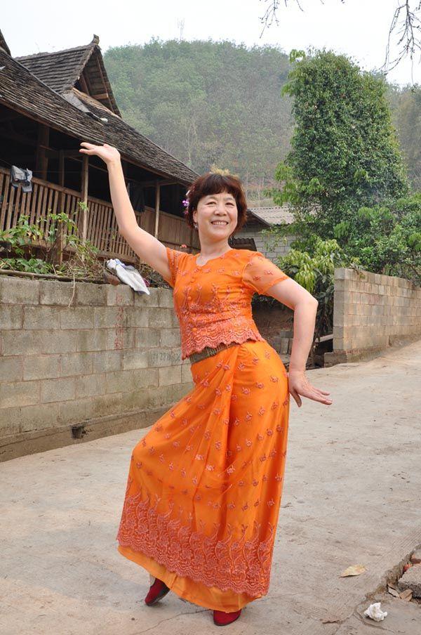 崔虹照片试穿美丽的傣裙