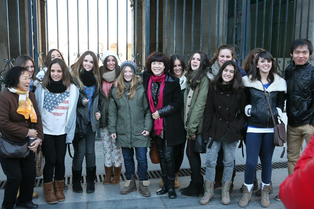 崔虹照片马德里皇宫前的西班牙女孩