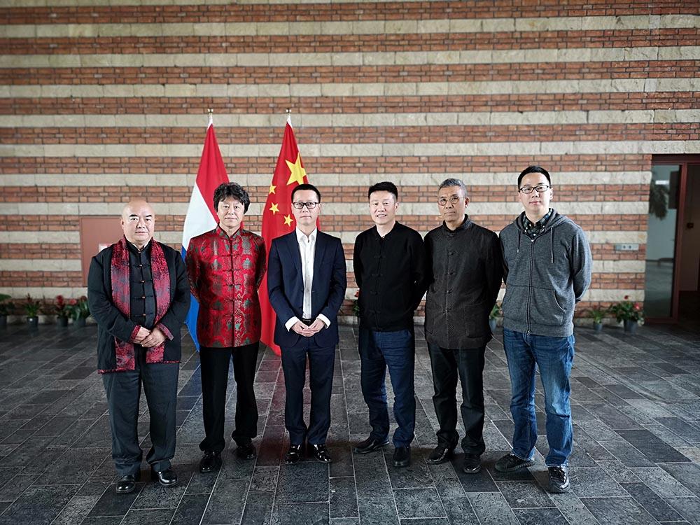 周扬波照片在中国驻荷兰大使馆内留影