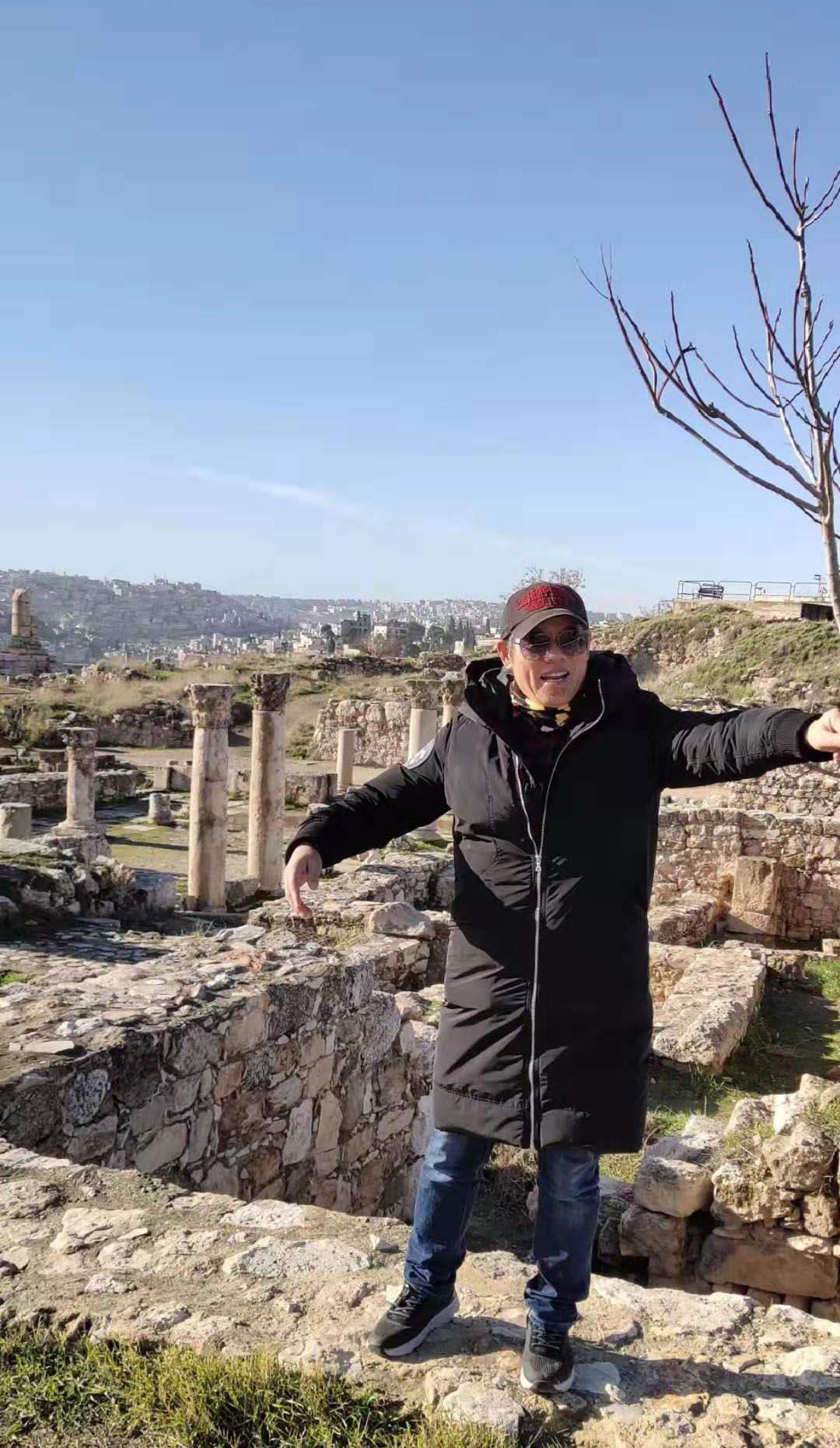 周逢俊照片在约旦安曼城堡山