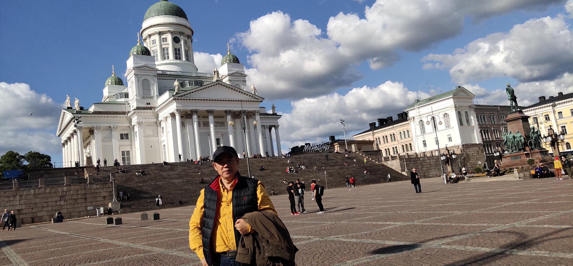 周逢俊照片在芬兰教堂