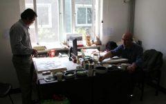 李东星活动照片2012年5月和李晓柱在国家画院办公室。