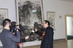ARTIST_NAME作品电视台在周逢俊画展现场采访