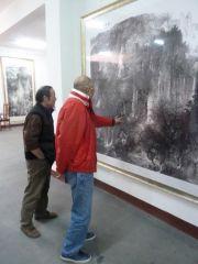 ARTIST_NAME作品前国家画院院长龙瑞先生参观周逢俊美术馆