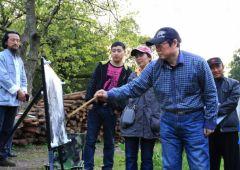 周逢俊照片清华大学美术学院周逢俊老师和学生们在皖南写生