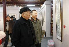 石峰活动照片刘罡陪同龙瑞观看展览作品