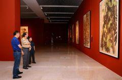 马硕山照片国家画院院长杨晓阳观看作品