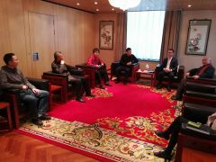 周扬波照片在中国驻荷兰大使馆内文化交流