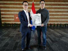 周扬波活动照片与中国驻荷兰使馆文化处主任杨晓龙合影