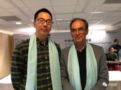 周扬波活动照片与哈佛大学汉学研究学者伊维德先生在画展上合影