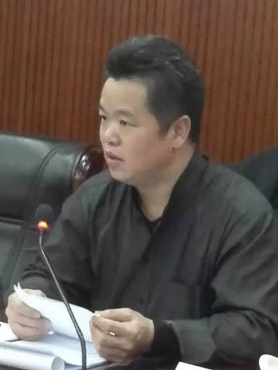 16袁学君宣读中国美协优乐娱乐艺委会主任龙瑞的发言稿.jpg