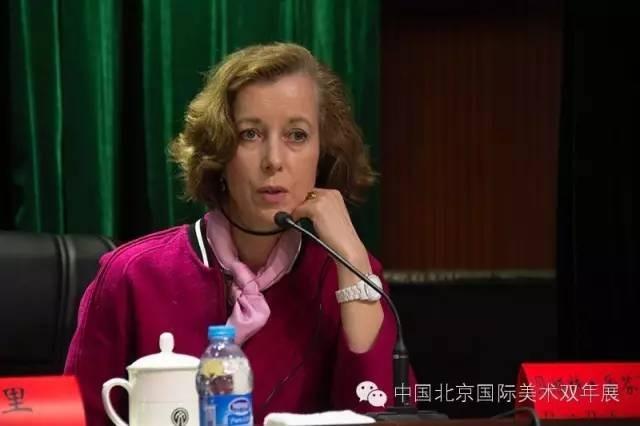 北京双年展国际策展人贝娅特·爱芬夏特回答媒体提问  邢贺扬 摄.jpg