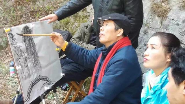 导师周逢俊教授对写生对象的取景构图.jpg