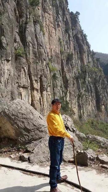 周逢俊老师在南太行山前.jpg