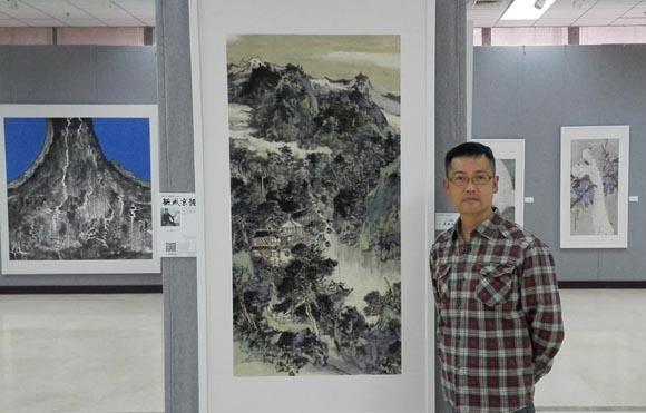 参展画家孙鸿庚在作品前.jpg