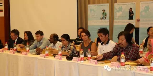 出席座谈会的国外美术家们.jpg