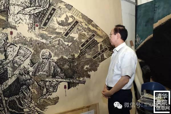 中国文联党组成员左中一观看代大权教授作品.jpg
