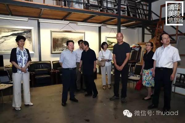 绘画系王君瑞副教授(右三)向中国文联领导介绍创作过程.jpg
