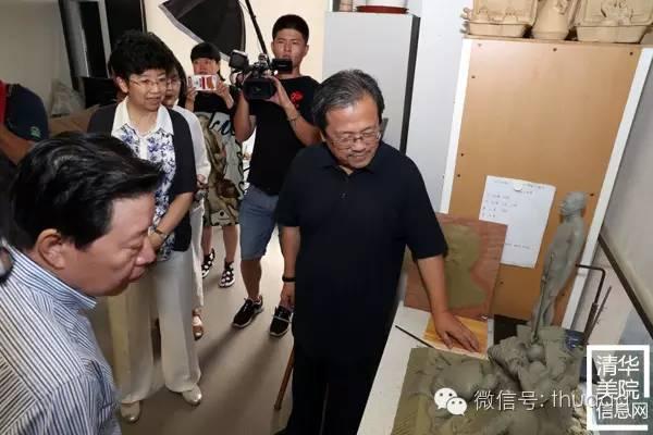 冯远(右一)向孙家正主席和赵实书记介绍魏二强副教授的创作小稿.jpg