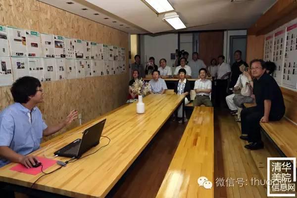 雕塑系魏二强副教授(左一)中国文联领导介绍创作过程.jpg