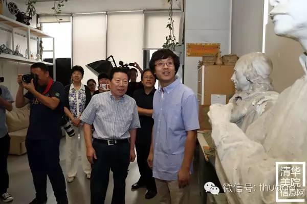 雕塑系魏二强副教授(右一)孙家正主席介绍创作过程.jpg