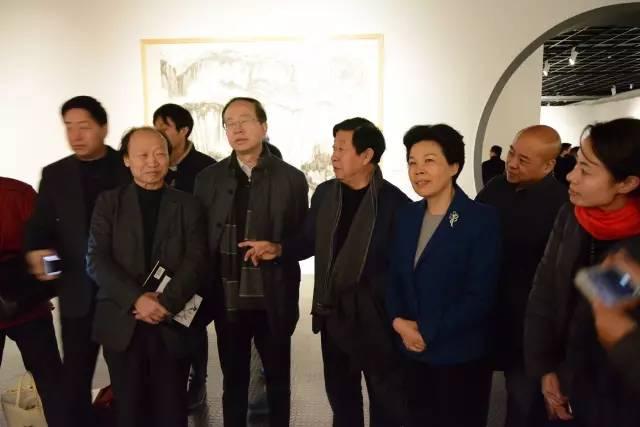 出席开幕式的领导和嘉宾参观展览.jpg