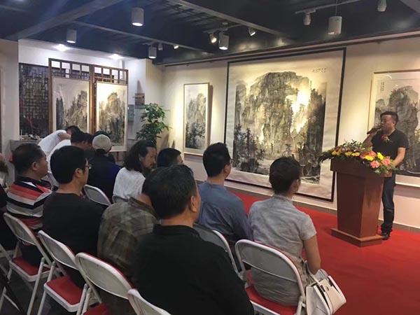 开幕式上学术主持杨子平先生讲话.jpg