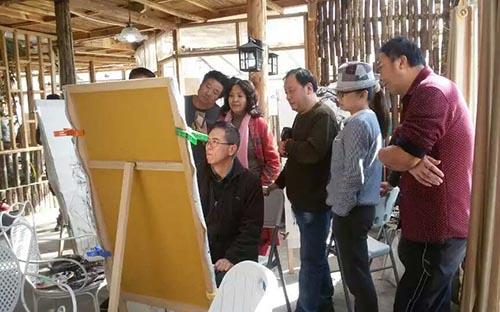 3郭山泽在沙溪古镇写生时,与同学切磋技艺。.jpg