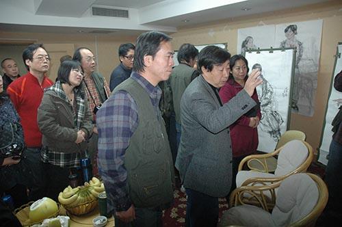 2,2010年11月,郭山泽在国家画院聆听刘大为导师的教诲。.JPG