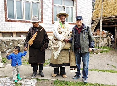 3,2015年9月,郭山泽在甘南迭部扎尕那写生采风2。.jpg