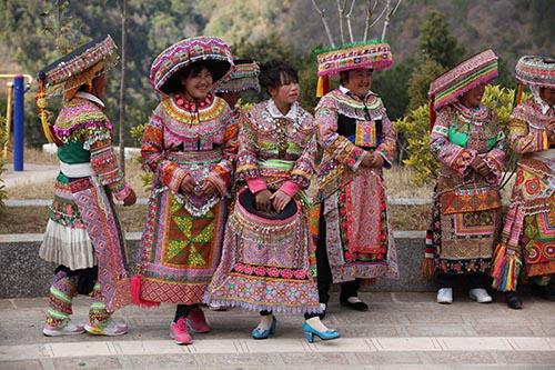 2耇街着彝族盛装的姑娘们.JPG