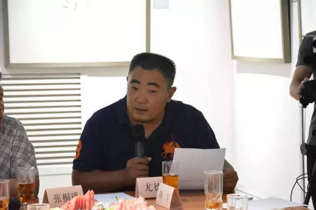 《中国书画》杂志社艺术交流中心主任尤德民介绍现场来宾.jpg