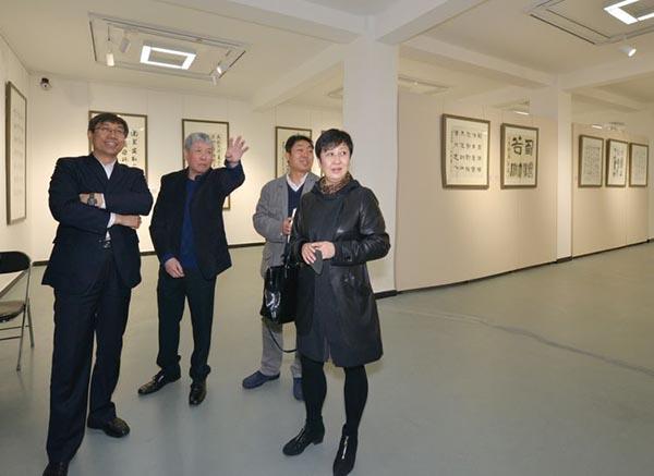 刘圣国副区长、周持主席、苗地主席、崔靖秘书长参观展览.jpg