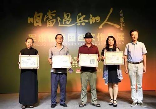 陈明向捐赠作品的参展画家颁发收藏证书.jpg