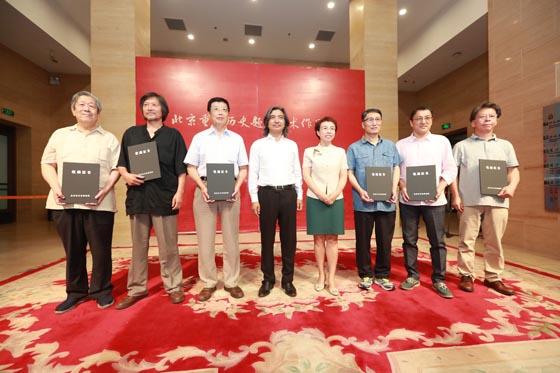 北京市政府副市长程红,中国美协副主席、中国美术馆馆长吴为山为画家颁发证书.jpg