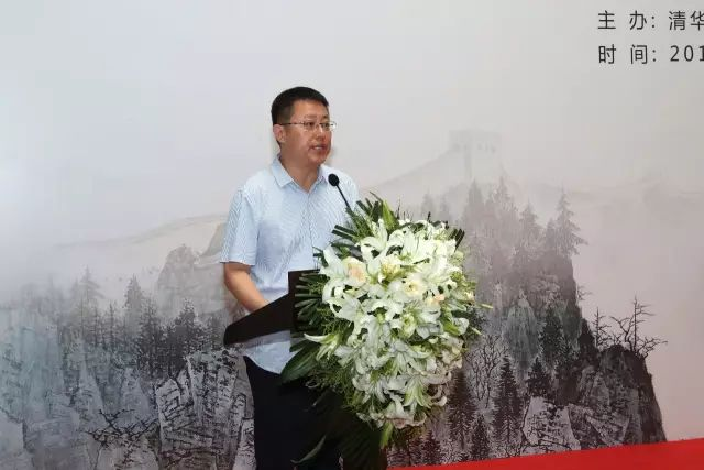 清华美院副院长张敢教授主持捐赠仪式.jpg