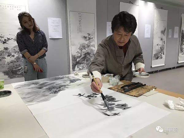 中国艺术家于亨现场作画.jpg