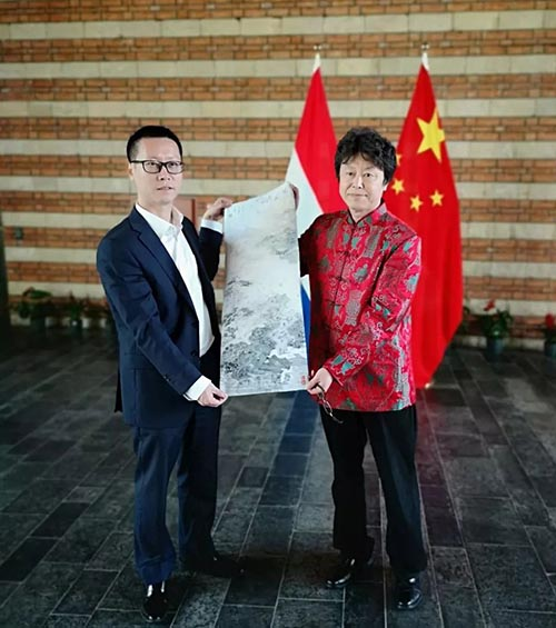 中国驻荷兰使馆文化处主任杨晓龙与参展艺术家于亨合影.jpg