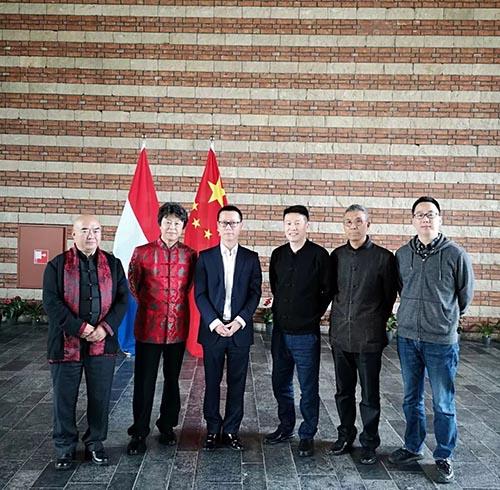 中国驻荷兰使馆文化处主任杨晓龙与艺术家合影.jpg