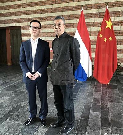 中国驻荷兰使馆文化处主任杨晓龙与艺术家初中海合影.jpg