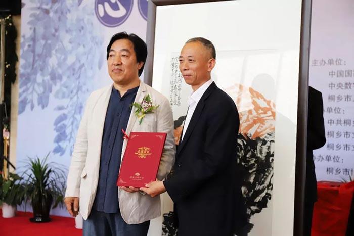 桐乡市博物馆为马硕山老师颁发收藏证书.jpg